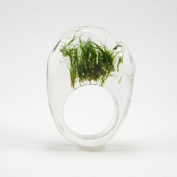 Kristalltransparenter Ring aus hoher Qualität Harz mit darin eingetauchten intensiv grünen Moos.   Modern und geometrisch in Form für Liebhaberin...