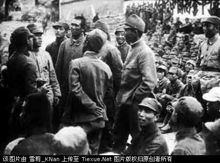 Jap POWs released by the Chinese Communits Fighters in 1939.  This is the shot at their farewell party.  1939年,八路军第120师359旅在五台县战斗中俘获日军士兵数名。经教育后,我本着人道主义精神,开会欢送他们回国。我359旅旅长王震和战俘话别