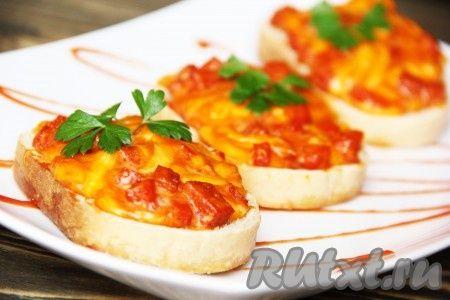 Горячие бутерброды можно приготовить на завтрак, для пикника или сытного перекуса. Сегодня предлагаю горячие бутерброды с колбасой, сыром и яйцом. Они так просто готовятся, что сделать их сможет даже школьник. А получаются такими вкусными и аппетитными, что их иногда даже называют мини пиццей. ...