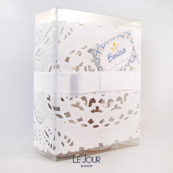 Potinho de granola e vidrinho com mel embalados em caixa de acetato