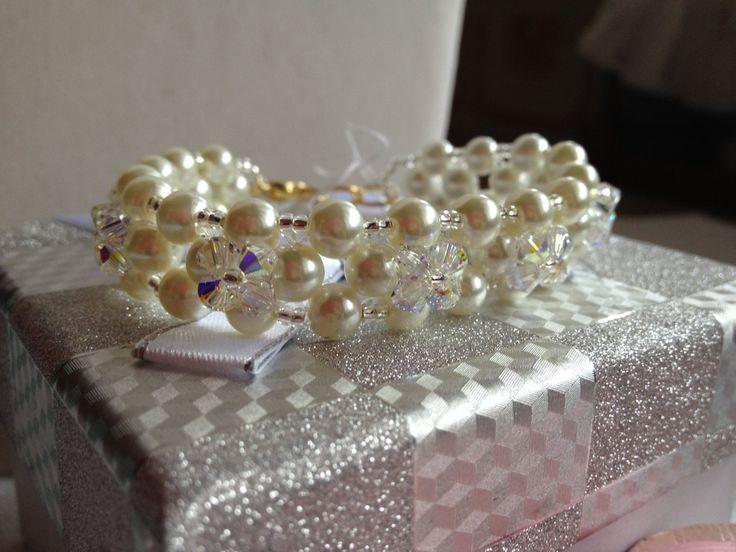 Bracciale con perle bianche  e Swarovski  crystal ab. di Loscrignodellevanita su Etsy