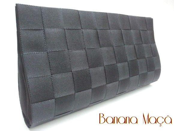 Carteira de Mão confeccionada em Cartonagem de modo artesanal. Estruturada e forrada em tecido preto acetinado por dentro e um trançado de fitas de gorgurão na parte de fora. Fechamento em botão de metal com imã. 23cm x 14cm