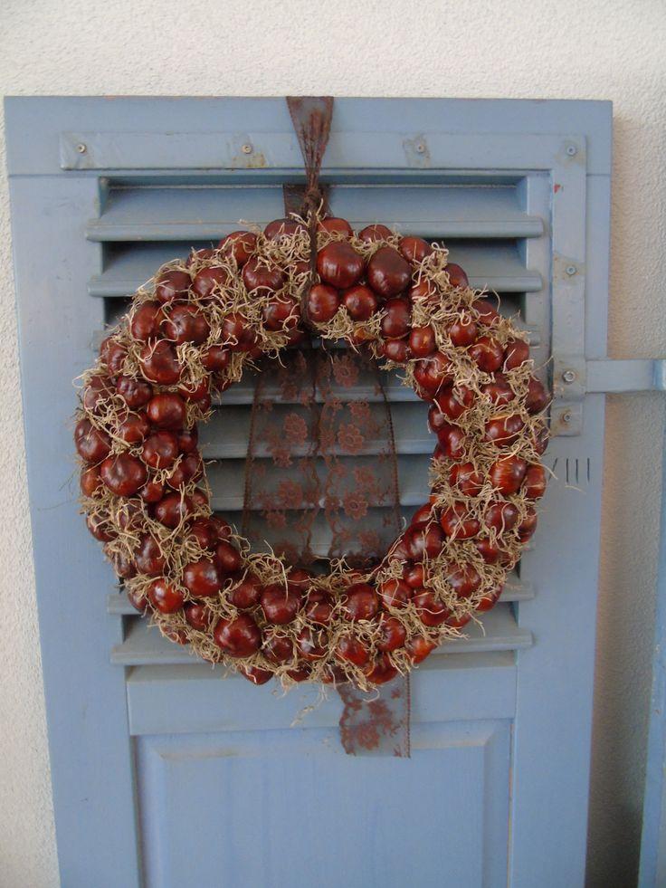 herfstkrans gemaakt van kastanjes en tilancia