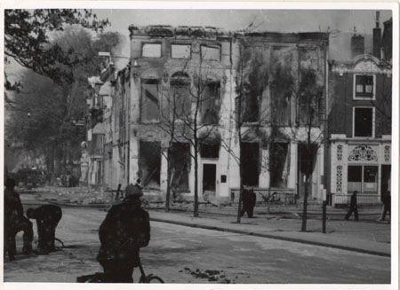 Groningen<br />De Tweede Wereldoorlog in de stad Groningen: Dit is de Boaz-bank en een aangrenzend huis op de hoek van de Nieuwe Boteringestraat en de Ossenmarkt. Deze huizen werden op 16 april 1945 in brand geschoten door Duits Flakgeschut dat was opgesteld aan de Spilsluizen.