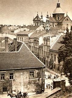 Ulica Kanonicza, w tle monumentalna sylwetka kościołu pw. św. Piotra i Pawła