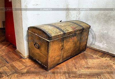 Старый сундук на грязном полу | Фото большого размера | ID 3249117