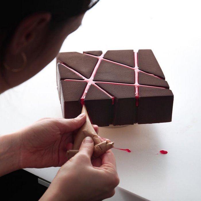 いうまでもなく、ケーキを作るのはパティシエの仕事です。もっとも有名パティシエのケーキはデザインも一流ですが、見る人を驚かせるほどの独創性まではもっていないでしょう。 今回紹介するのは、建築デザイナー兼パティシエというウクライナ人による作品で