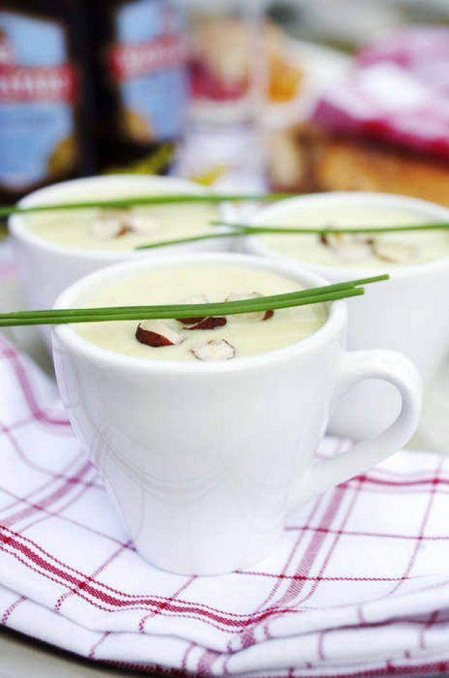 En len blomkålssoppa serverad i kopp blir en uppskattad förrätt på kräftkalaset.
