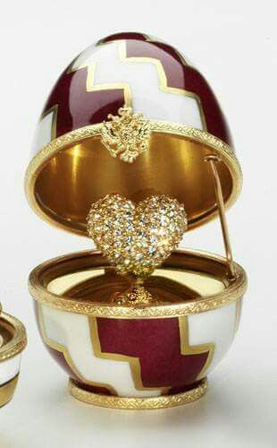 Faberge Type Egg. I don't know if this is a real egg made by Fabergé but it's so Beautiful I Put it on this board!