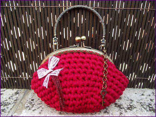 Bolso de inspiración vintage tejido a mano en crochet con trapillo rojo, sin forrar.