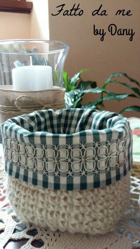 Cestino portatutto fatto ad uncinetto in iuta con rivestimento stoffa ricamata broderie suisse