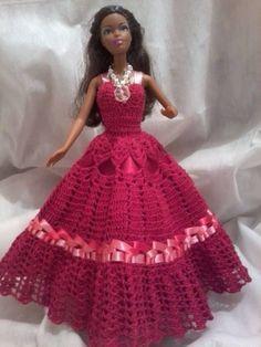 Vestido vermelho todo em croche, bordado com fita de setim mesclada em rosa e vermelho, alças em fita de setim e botões de acrílico, saiote em filó e forro em tecido vermelho. Acompanha um lindo maxi colar em pedrinhas de acrílico transparente,  miçangas brancas e flor de acrílico R$ 55,00