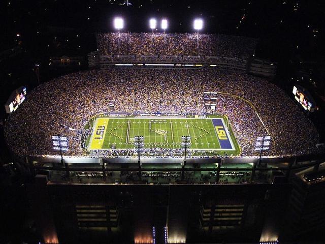"""Le Top 100 des temples du sport-61TIGER STADIUM (Baton Rouge, Etats-Unis). Vivre un match en nocturne au Tiger Stadium, l'antre de LSU, c'est l'expérience ultime du football universitaire aux Etats-Unis. L'ambiance la plus bruyante de tout le pays. 92.000 places pour cette cathédrale ouverte en 1924, surnommée """"Death Valley""""."""