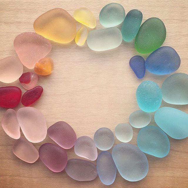 シーグラスを虹色に並べてみました 次は何色に出会えるかなぁ꒰*ꏉ◡ꏉ*꒱ ✩ #シーグラス #ビーチグラス #ビーチコーミング #ビーチコ #虹色 #カラフル #色とりどり #海の宝物 #seaglass #beachglass #beachcombing #colorfull