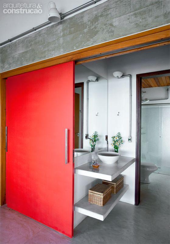Chalé localizado a 1850 m de altura é compartilhado por duas famílias - Casa - No idea what it says but love the red sliding door