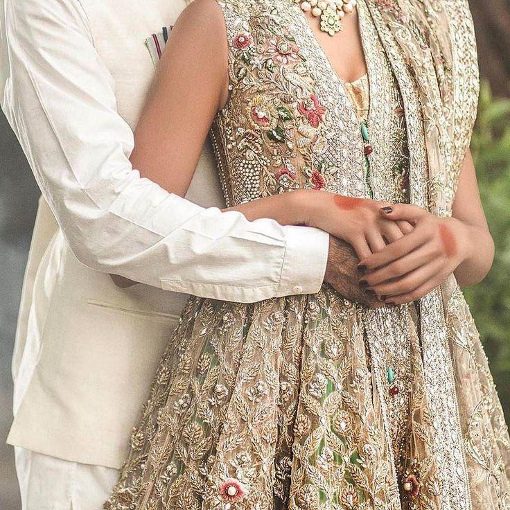 Lovely #weddingideas to get close-up details of your #wedding outfit #pakistanibride #handmade #embroidery #pakistanifashion #gold #beautiful #love #bride #groom #shaadibazaar #wedding #indianwedding