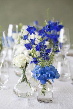 Blå riddersporer og hortensia gir vakker blåfarge på bordet.