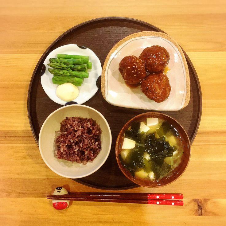 今日もお疲れ様でした☺︎ . . 夜ご飯はおからでカサ増し甘酢肉団子。大きめです。 . . 2枚目、今日はうつぶせ寝のミニオンが写り込みました。 息子の仕業。 . . #ごはん#夜ごはん#おうちごはん#シンプル#シンプルごはん#一汁一菜#一汁二菜#味噌汁#豆腐とわかめ#肉団子#おから入り#甘酢#アスパラ#マヨネーズ#美人玄米#箸置き#うつわ#ミニオン