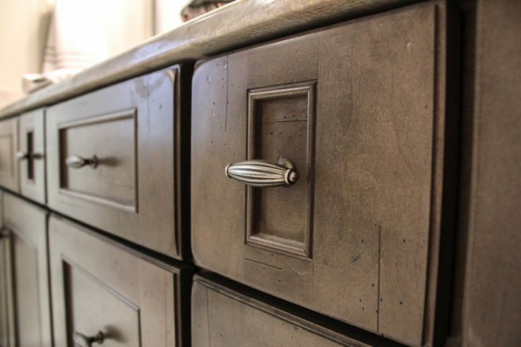 Dark handles on Bridgewood cabinets in a Stone finish