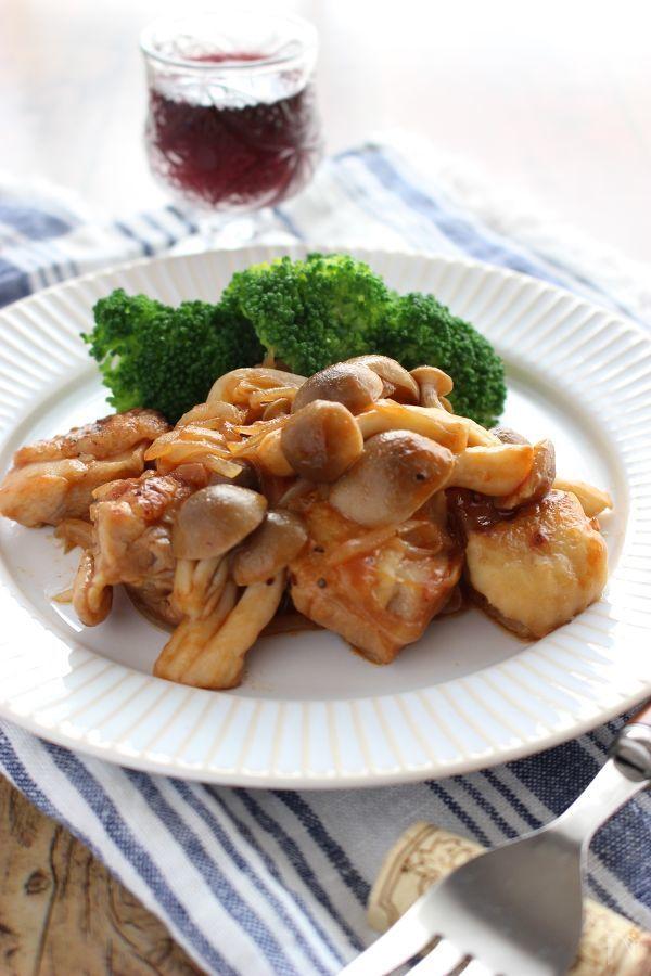 鶏もも肉を焼いて、ケチャップ&中濃ソースで味付け、ワインにピッタリなおつまみです!
