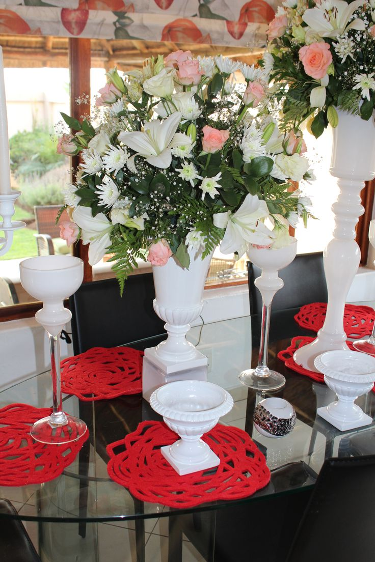 White urns of different sizes