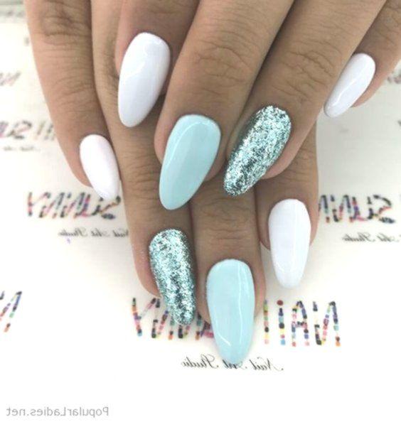 Weiße und blaue Nägel mit Glitzer #blaue #glitzer #nagel