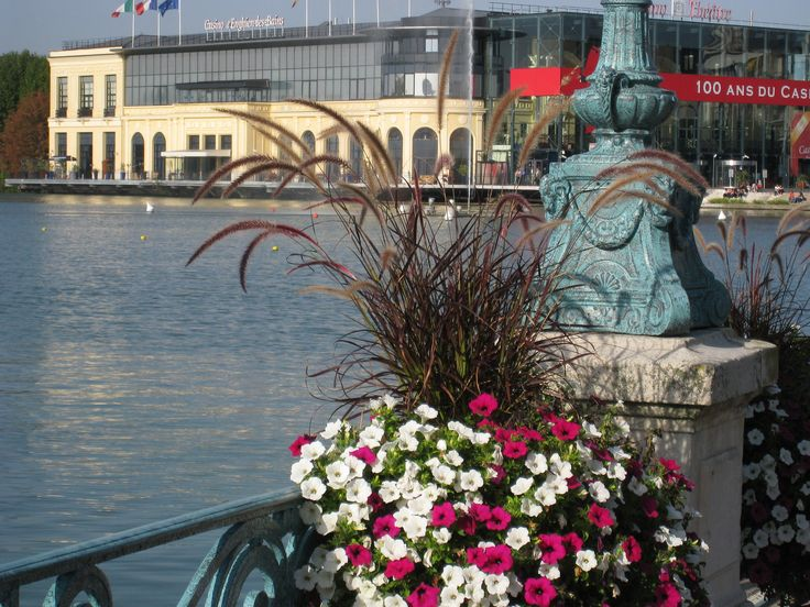 Le Casino d'Enghien, vu de la jetée fleurie.