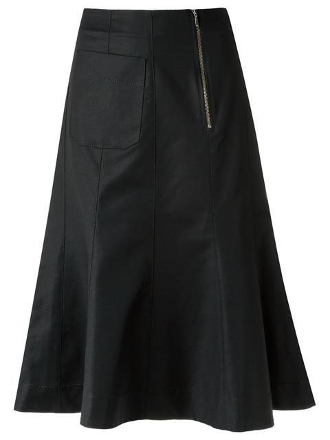 Saia midi evasê preta, Alcaçuz. Com cintura média, fechamento por zíper na parte frontal, detalhe de recortes, bolsos frontais e shape solto.