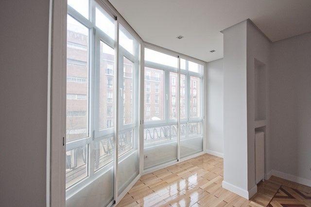 Piso exterior de 120 m2, tres dormitorios, dos baños, salón, cocina amplia. Reformado.