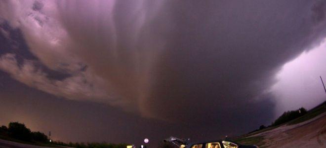 Ο ουρανός έχει αγριέψει. Ισχυρή καταιγίδα αναμένεται να «χτυπήσει» την πόλη Γκράχαμ, στο Τέξας. Οι δρόμοι έχουν αδειάσει. Οι κάτοικοι βρίσκονται στα σπίτια τους, μετά την προειδοποίηση των Αρχών για έντονα καιρικά φαινόμενα. Το τοπίο έχει σκοτεινιάσει. Το μόνο που μπορεί να αντικρίσει κανείς είναι έναν άνδρα, έξω από το μοναδικό αυτοκίνητο που βρίσκεται στον δρόμο. Κρατώντας μία κάμερα περιμένει να απαθανατίσει την ισχυρή καταιγίδα που έρχεται. Είναι ένας κυνηγός καταιγίδων.