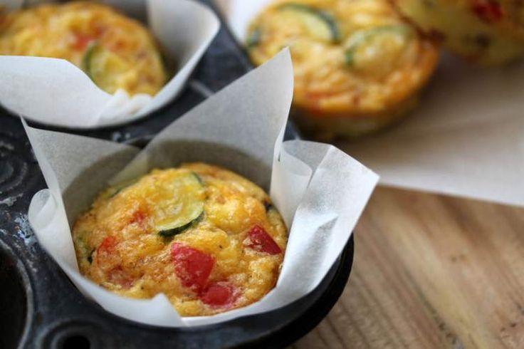 Muffins met groente bij je ontbijt lijken misschien wel een aparte combinatie, maar wij garanderen je dat deze groente muffins écht waanzinnig lekker zijn!