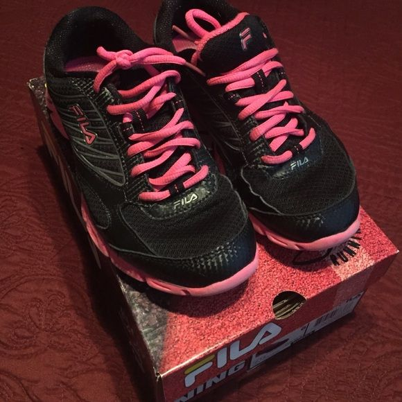 Fila Running Shoes Great comfortable shoe with little signs of wear only on the sole. Great color! Fila Shoes Sneakers