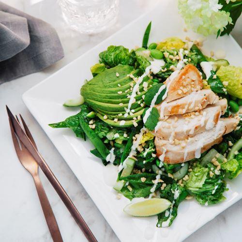 Varför inte lyxa till det idag med underbart fräsch stekt kyckling med limefrisk myntasallad? Ett somrigt recept som kommer att falla de flesta i smaken!