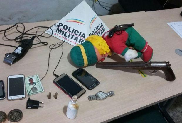 #News  Polícia encontra arma escondida em boneco da dupla Patati Patatá durante operação no Leste de Minas