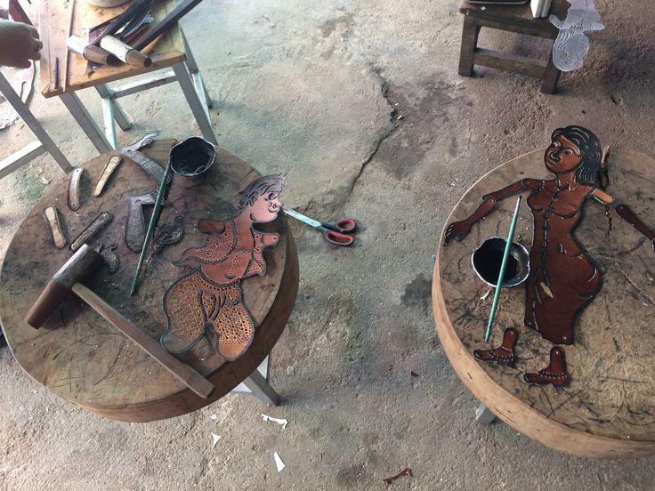 marionnettes ombres, en cuir, travaillées à l'emporte pièce, théâtre Sovanna Phum à Phnom Penh.