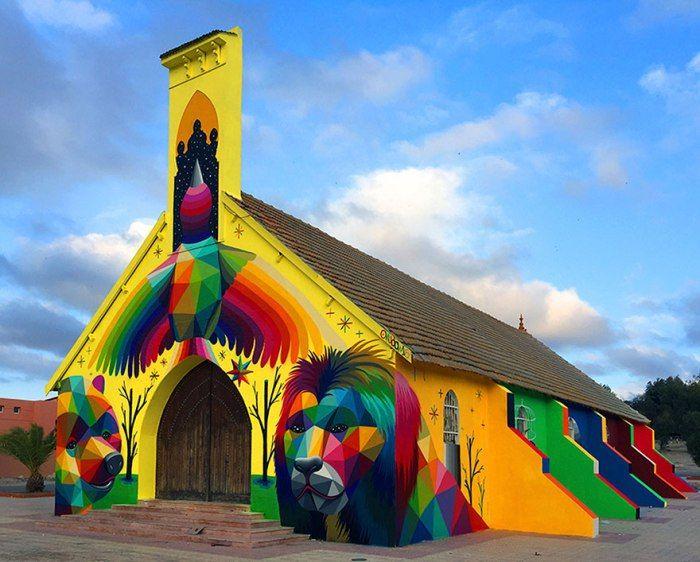 """""""11 Mirages To The freedom"""" Youssoufia, Marocco: nuova opera dello street artist spagnolo Okuda San Miguel. """"Un artista spagnolo ha trasformato questa chiesa marocchina in un capo…"""