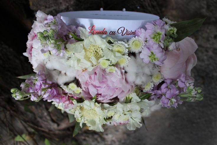 Cutie cu flori  #flowers #box #flowersbox #flowersinabox #gift #sayitwithflowers #madewithjoy #madewithlove #paulamoldovan #livadacuvisini #flori #evenimente #candybar #bucuresti ##bucharest #florist #peonies #bujori #mathiola  #roses  #white #cotton #bumbac #cutie #flori #cutiecuflori #floriincutie #cutieflori