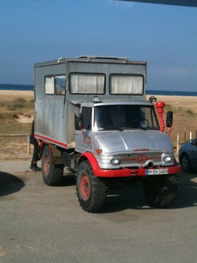 un vieux camion mercedes allemand amnag ici en camping car vu sur une plage