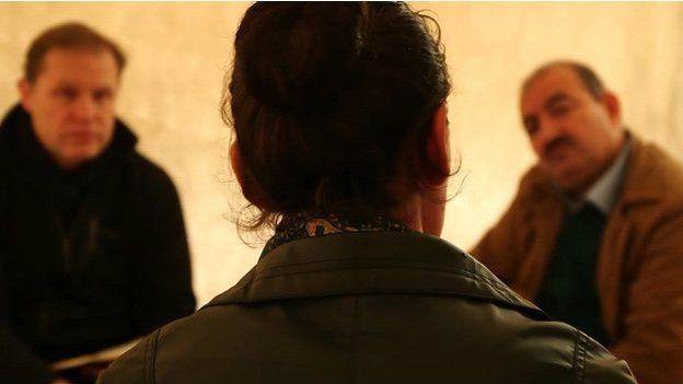 Del petróleo a la esclavitud: las 6 principales fuentes de financiamiento de Estado Islámico - BBC Mundo Hannan, una mujer de la secta yazidi, fue vendida como esclava en un mercado para combatientes de EI