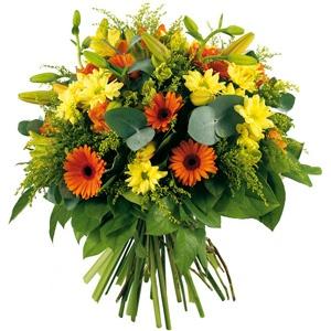 Bouquet rond composé de eucalyptus cinerea, lys, germinis oranges, solidagos, bonis et alstromerias #bouquet