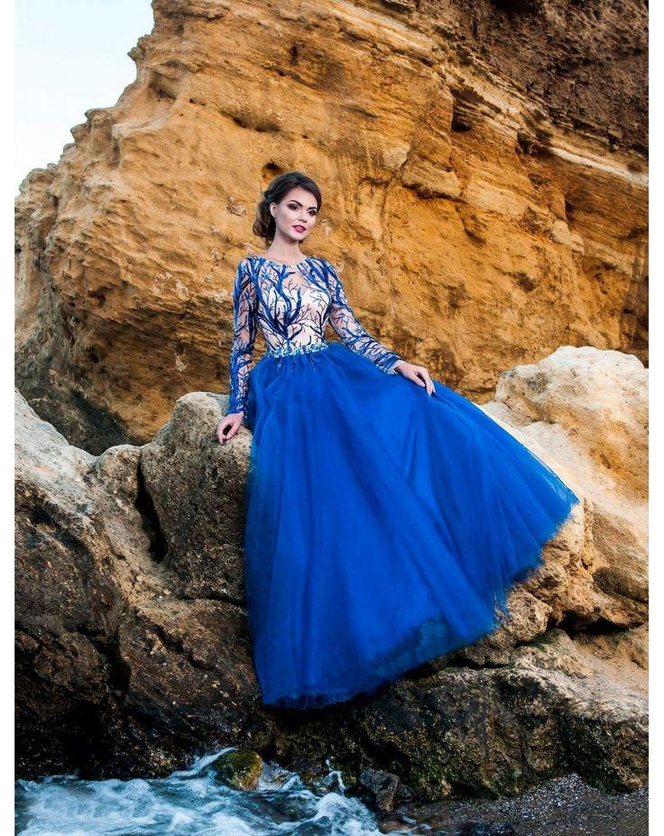 Plesové šaty s nadýchanou tylovou sukňou. Zvršok s dlhými rukávmije zdobený flitrovaným vzorom.