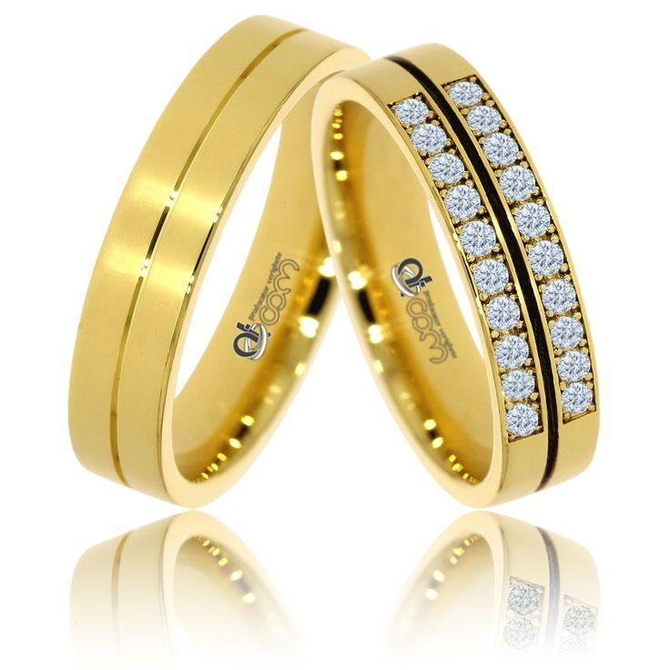 Perechea de verighete din  aur galben  se remarca prin cele doua benzi elegante, ambele continand finisaje lucioase si avand pe mijloc cate o bentita.Inelul doamnei are o bentita de diamante.