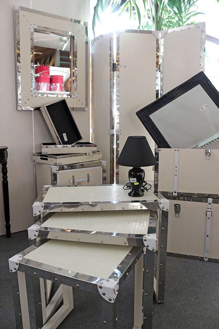 tavolini in metallo e eco pelle stampata coccodrillo, separè, specchi bianchi, bauli in metallo e bianchi in eco pelle http://www.alberti-import-export.com/index.asp