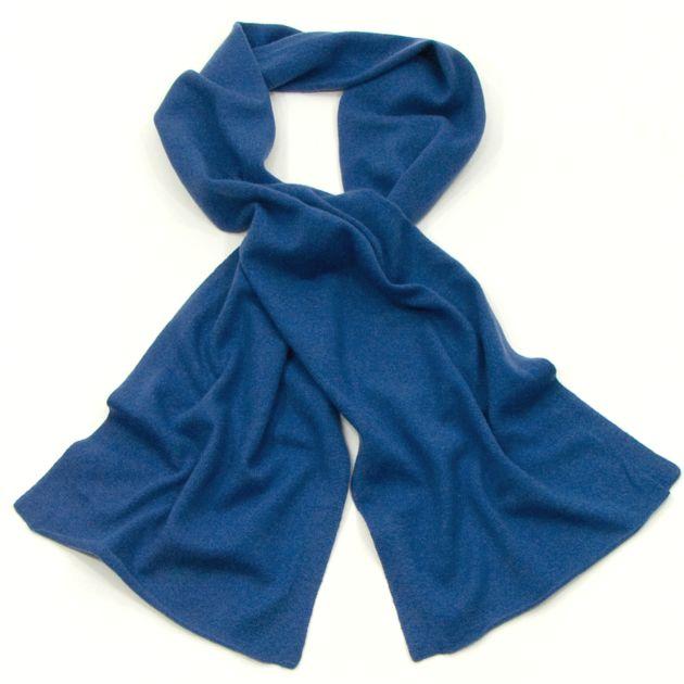 135a82b52aa1 Echarpe bleu en pur cachemire J and W. Une écharpe cachemire tricot très  chic et tendance livrée sous Port gratuit et pochette cadeau offerte.