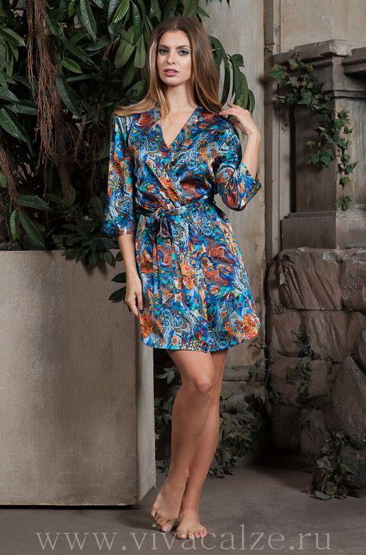 15133 Кимоно  Состав: 100% натуральный шелк  Коллекция YESENIA.  Короткий халат Миа-Миа прямого силуэта из натурального шелка с фантазийным принтом.