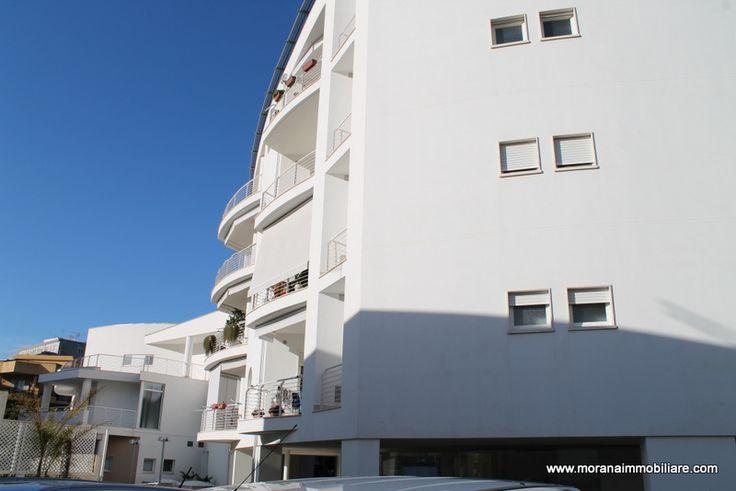 SIRACUSA VENDITA APPARTAMENTO ZONA TICA IA80321 vendesi costruzione 2011, Elegante esavani composto da ampio salone, cucina/tinello, 3 camere da letto, bagno, doppio servizio, lavanderia e ripostiglio. Ampie verande. Luminosissimo. Termo/ascensorato, climatizzato in tutte le stanze. Pannelli solari, due posti auto di proprietà. Garage mq 25. Classe energetica A, IPE: 50,00 kwh/mq. Trattativa riservata presso i nostri uffici.