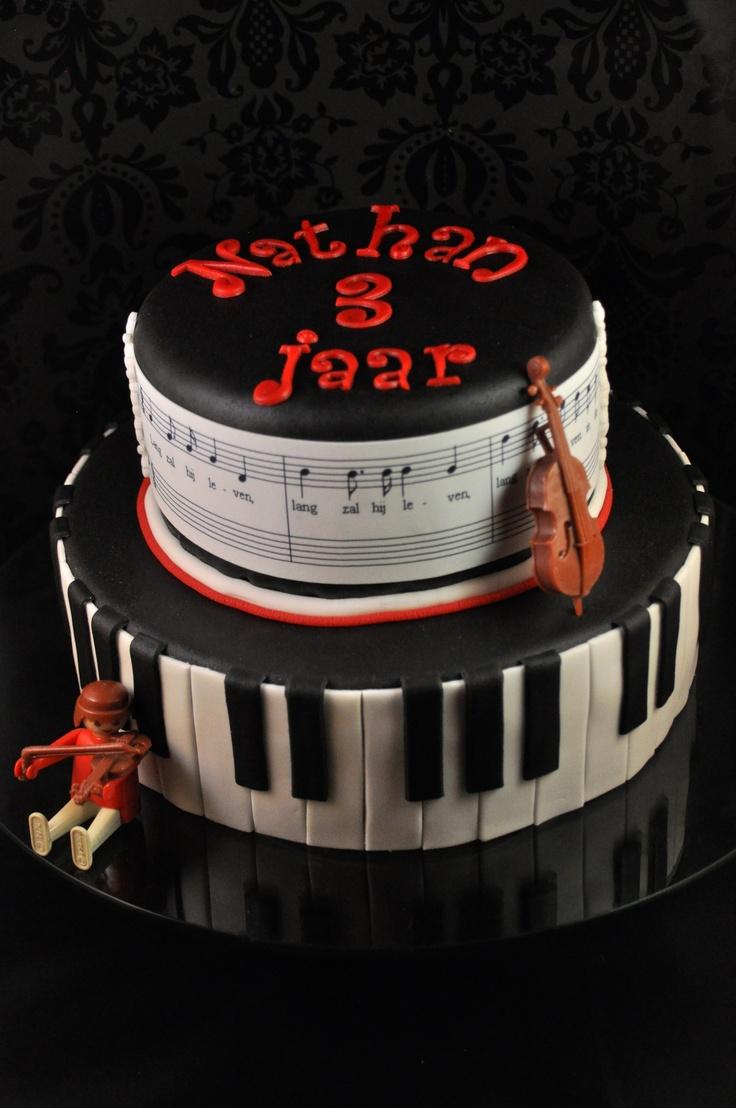 Een muziek taart, met piano en muzieknoten - gemaakt van marsepein, fondant en eetbaar papier