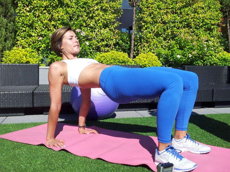 A partir de 50 ans, pas question de se relâcher ! Pour raffermir son corps et travailler sa posture, suivez ces 2 séquences d'exercices. A répéter 3 fois...