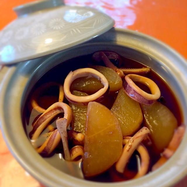 本日、祖父祖母用の夕食のおかず担当。 大根下ゆでをしっかりとして柔らか〜く煮ております。イカは硬くならないようにサッと煮ております。ちょっと濃いめの味付けがお好みだそうです。 - 14件のもぐもぐ - イカ大根〜柔らか煮〜 by yayotu