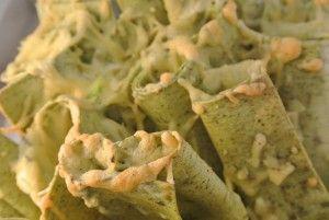 Lasagne rolletjes uit de oven. Deze rolletjes van spinazie lasagne vellen zijn gevuld met een mix van Lente ui, tonijn, monchou, knoflook en Parmezaanse kaas. En zeg nou zelf, zo presenteert het toch fantastisch?
